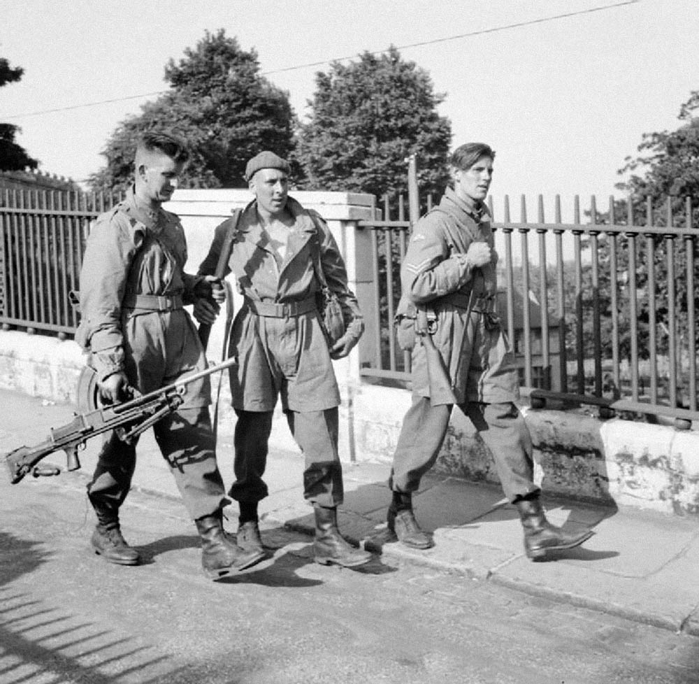 British_parachute_troops_Norwich_1941